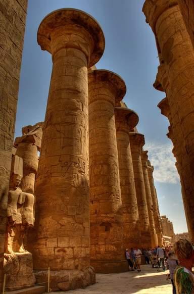 Огромные колонны храма