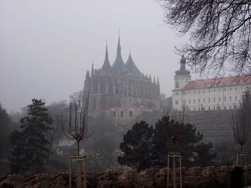 """В тумане """"плывет"""" над Кутной Горой - собор Св. Барбары"""