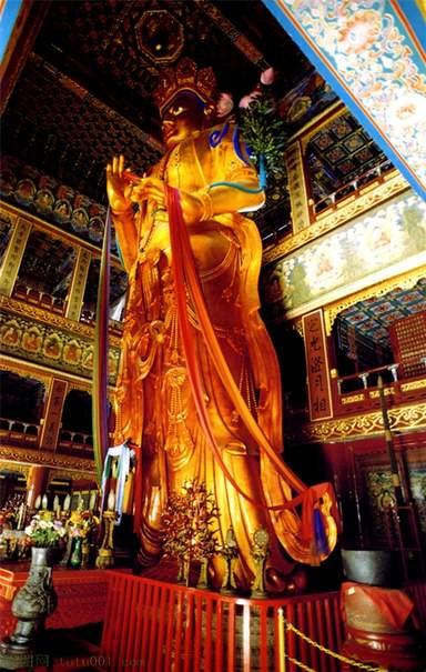 Статуя Майтрейи в павильоне Десяти тысяч радостей
