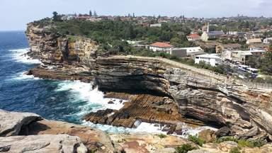 Вид на отвесные скалы