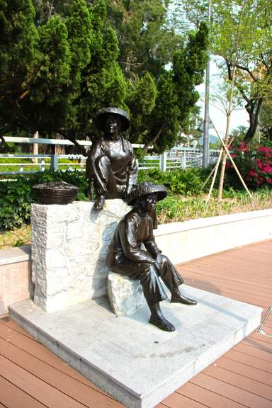 Скульптуры рыбаков на набережной Абердин
