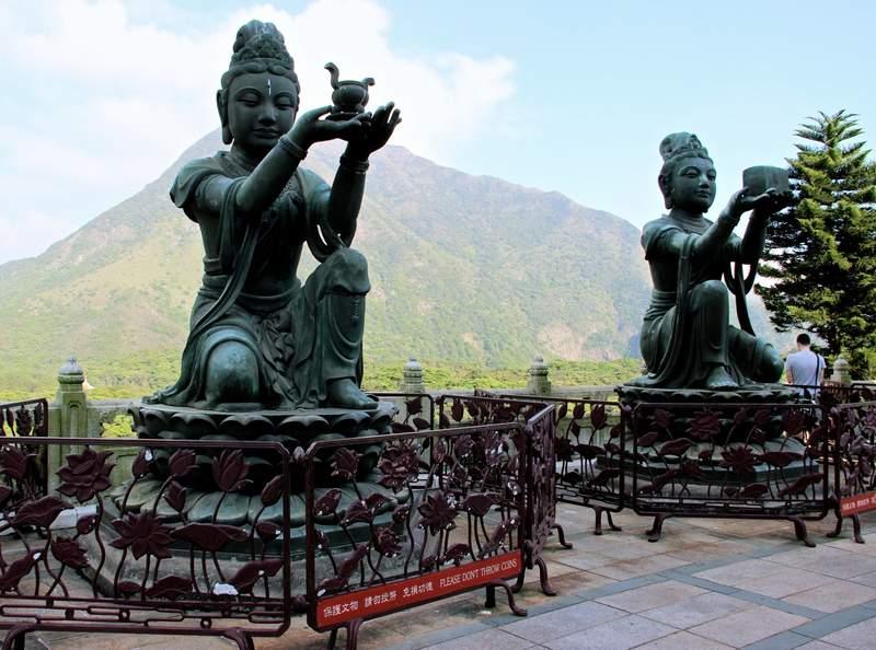 Статуи вдоль пути к Большому Будде в Гонконге