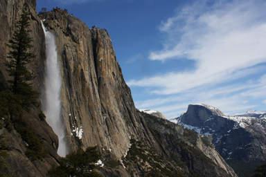 Водопад на скалах в парке Йосемити