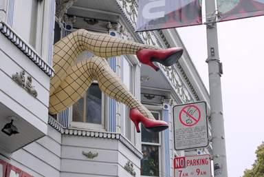 Женские ноги в окне. Шуточная скульптура в Сан-Франциско в районе Кастро