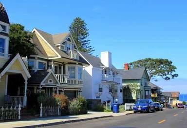 Улица с домами в викторианском стиле в Монтерее