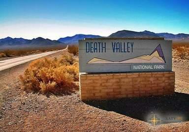 Указатель и дорога в Долине Смерти