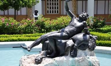 Скульптура в бассейне на вилле Гетти