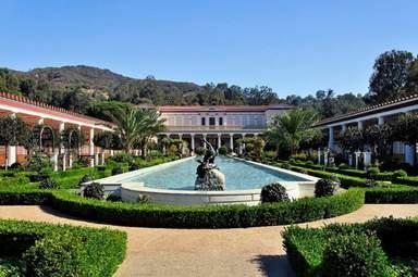 Колоннада и длинный бассейн на вилле Гетти в Лос-Анджелесе