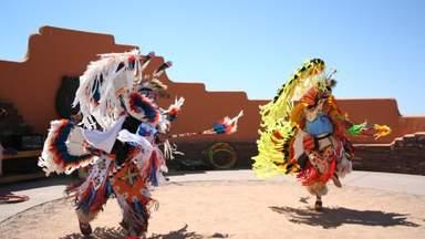 Индейцы в национальной одежде