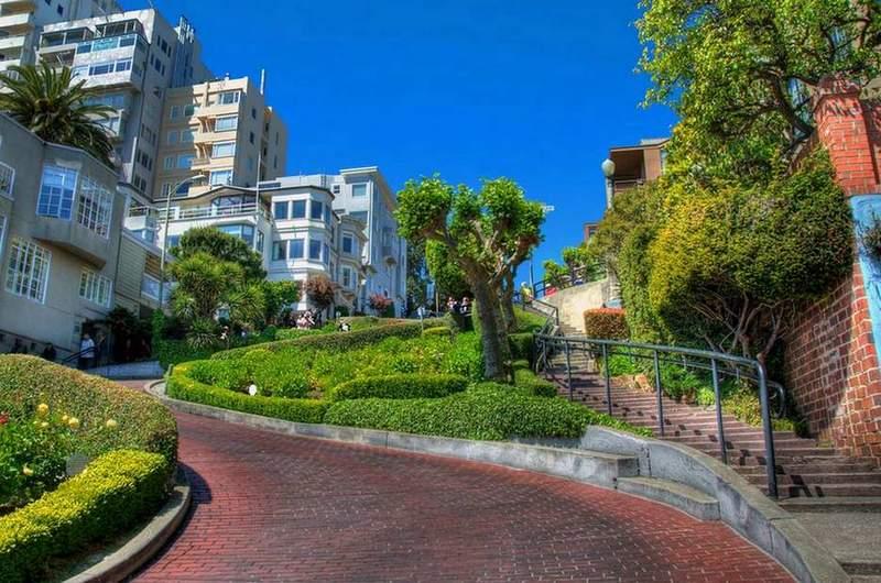 Кривая улица Ломбард-стрит на Русском холме в Сан-Франциско