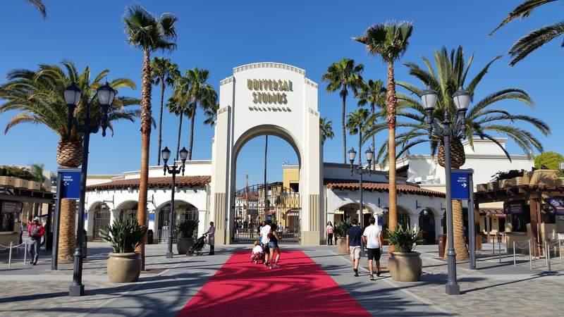 Входные ворота в Парк Юниверсал Студия Голливуд в Лос-Анджелесе