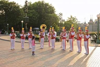 Оркестр в Диснейленде в Гонконге