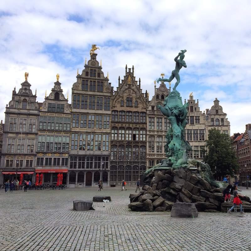 Площадь Гроте-Маркт с фонтаном Браво в Антверпене