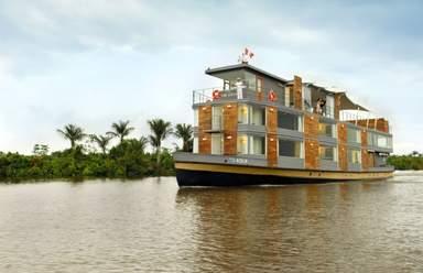 Лодка на реке Амазонка