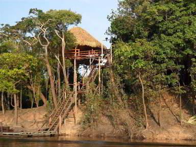 Хижина на сваях в индейской деревне