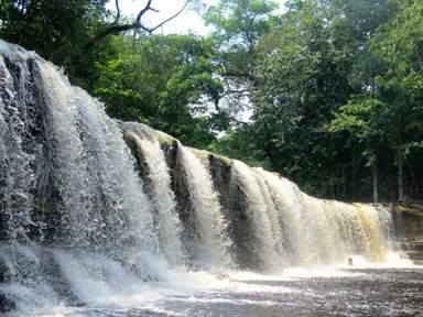 Бурлящая пена водопада