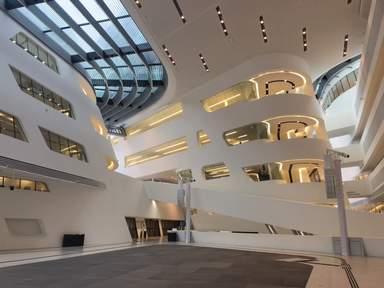 Пространство между корпусами современного здания в Вене