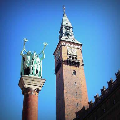 """Скульптура """"Викинги - трубадуры"""" на колонне перед Старой Ратушей"""