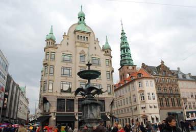 Зелёный шпиль колокольни церкви Святого Николая в Копенгагене