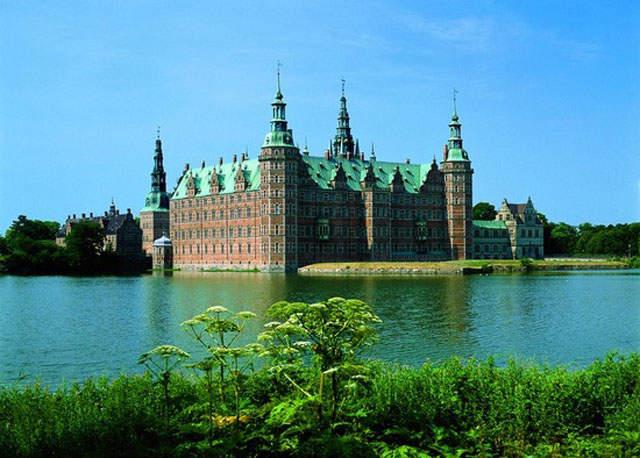 Живописный замок Фредериксборг