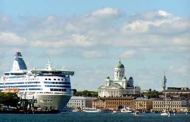 Туристическое судно и Кафедральный Собор в Хельсинки