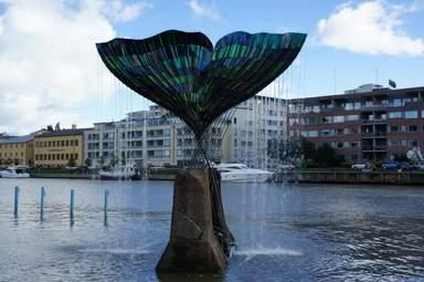 """Скульптура китового хвоста """"Гармония"""" на реке Аура в Турку"""
