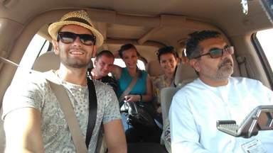 Туристы с гидом