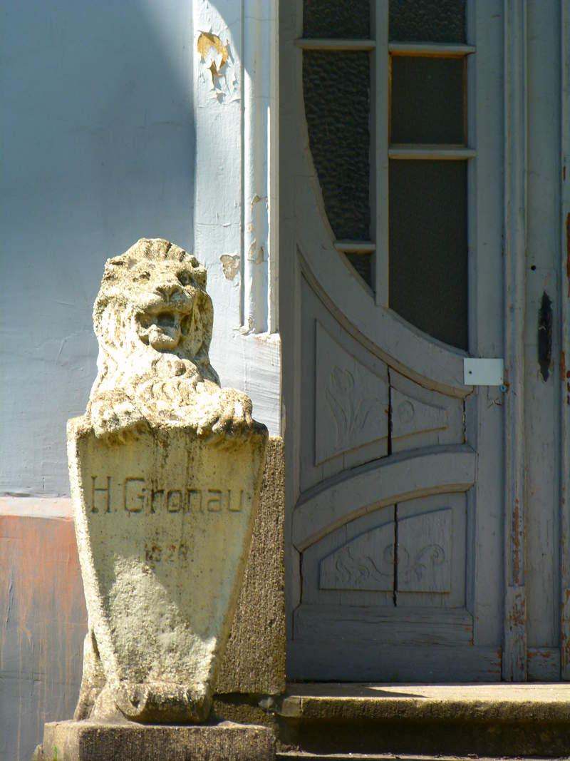 Скульптура льва - щитодержателя на крыльце Дворца культуры моряков
