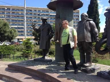 Памятник Мимино у метро Авлабари в Тбилиси.