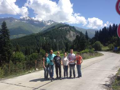 Туристы на горном шоссе