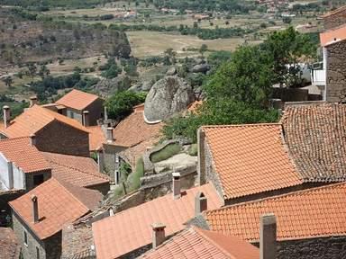 Гигантские каменные валуны среди домов деревни Монсанту