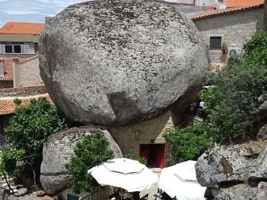 Каменные валуны во дворах деревни Монсанту