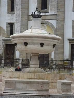 Большой фонтан из цельного куска мрамора в Эворе