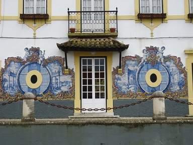Красочное панно на здании