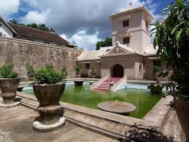 Водный дворец Таман Сари