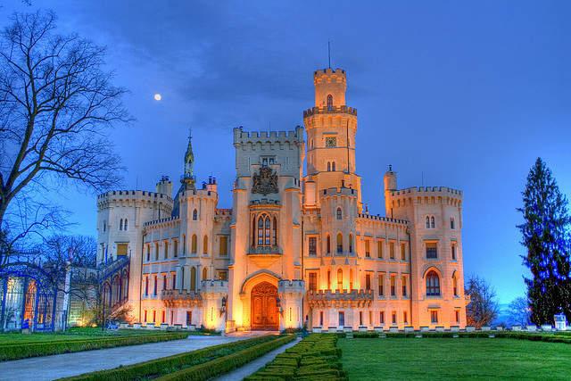 Замок Глубока в ночной подсветке