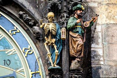 Фигурки на астрономических часах в Праге