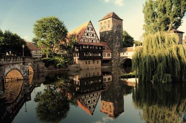 Винный склад, водонапорная башня и мост на берегу реки в Нюрнберге