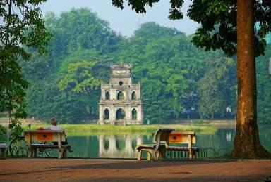 Озеро Возвращённого меча и Черепашья Башня в центре Ханоя