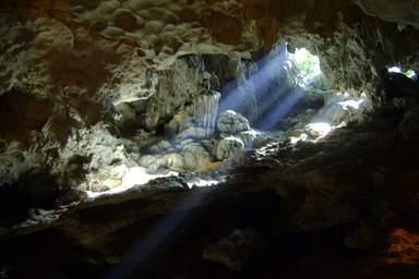 Пещера острова бухты Халонг