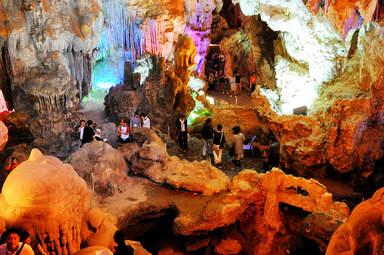 Фантастический вид островной пещеры бухты Халонг