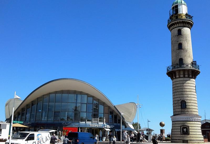 Старый маяк и концертный зал на берегу
