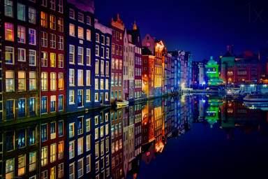Здания вдоль канала в Амстердаме