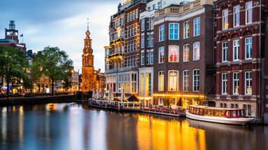 Речные суда на водном канале в Амстердаме