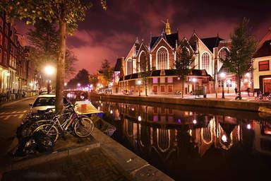 Канал в Амстердаме ночью