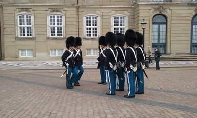 Королевские гвардейцы на смене караула у дворца Амалиенборг