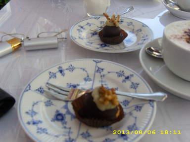 Десерт на тарелках из знаменитого датского фарфора