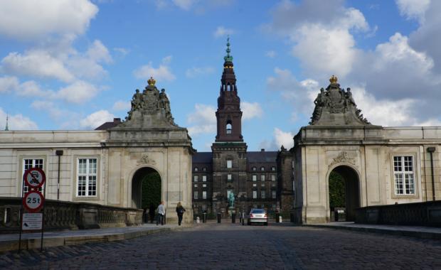 Дворец Кристиансборг. Мраморные ворота