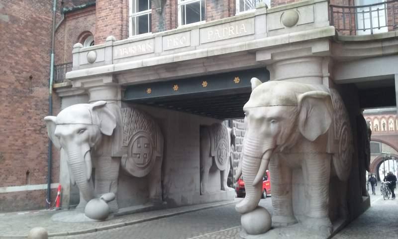 Завод Карлсберг. Ворота со слонами
