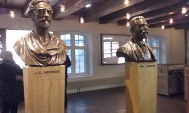 Завод Карлсберг. Памятник основателям завода отцу и сыну Якобсен
